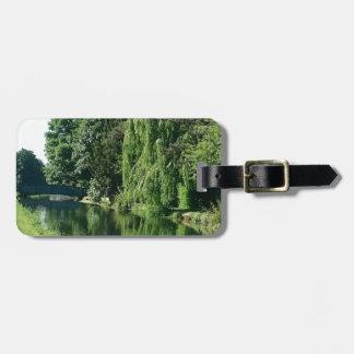 Etiqueta De Bagagem Caminhada ensolarada verde do rio das árvores do