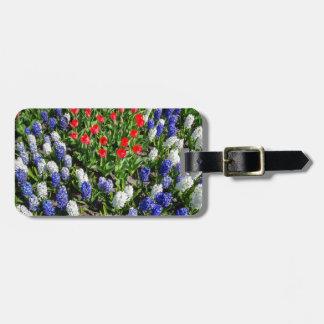 Etiqueta De Bagagem Campo de flores com as tulipas azuis e os jacintos