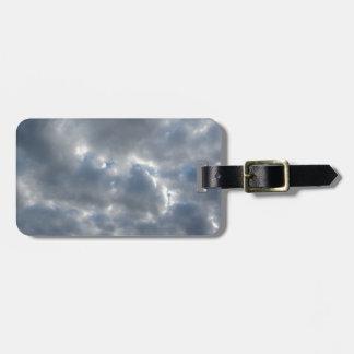 Etiqueta De Bagagem Céu morno com as nuvens de cúmulo-nimbo dos