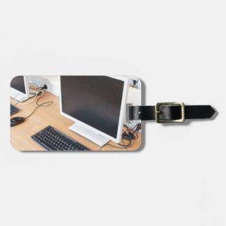 Etiqueta De Bagagem Computador de secretária na classe do computador