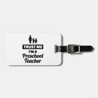 Etiqueta De Bagagem Confie que eu mim é um professor pré-escolar