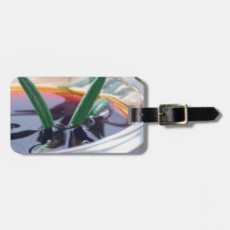 Etiqueta De Bagagem Copo de vidro com molho e rosemary de soja