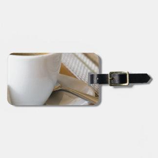 Etiqueta De Bagagem Copo pequeno do café em uns pires com açúcar
