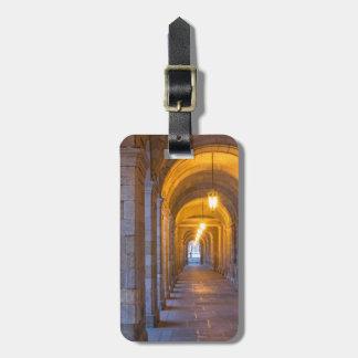 Etiqueta De Bagagem Corredor de pedra iluminado lâmpada, espanha