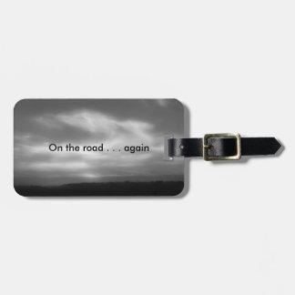 Etiqueta De Bagagem Da estrada nas nuvens outra vez B&W