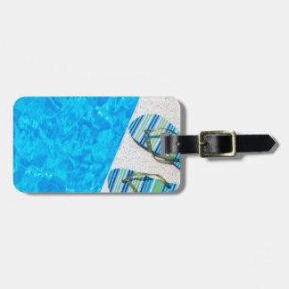 Etiqueta De Bagagem Dois deslizadores de banho na borda da piscina