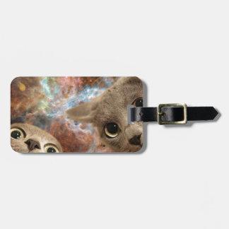Etiqueta De Bagagem Dois gatos cinzentos no espaço antes de uma