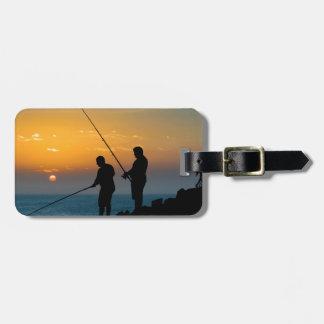 Etiqueta De Bagagem Dois homens que pescam na costa
