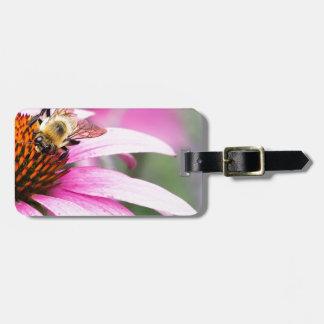 Etiqueta De Bagagem Flor roxa do cone com abelha