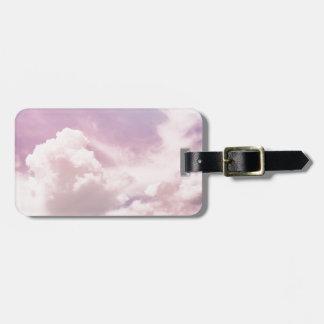 Etiqueta De Bagagem Flutuação em nuvens roxas macias
