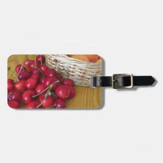 Etiqueta De Bagagem Frutas frescas do verão na mesa de madeira leve