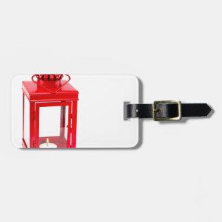 Etiqueta De Bagagem Lanterna vermelha com tealight ardente no branco