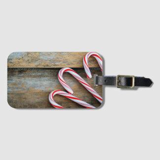Etiqueta De Bagagem Madeira rústica com os bastões de doces do Natal