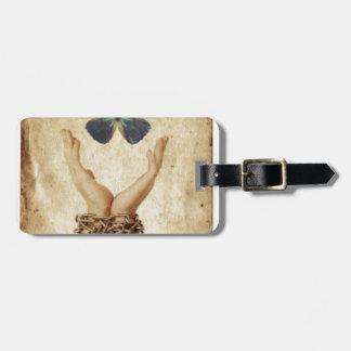 Etiqueta De Bagagem Mão acorrentada com a borboleta que paira acima