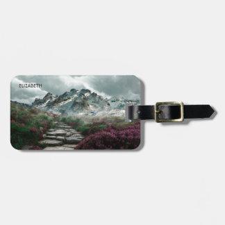 Etiqueta De Bagagem Montanhas românticas com a estrada e as flores de