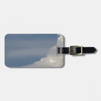 Etiqueta De Bagagem Nuvens brancas macias contra o fundo do céu azul