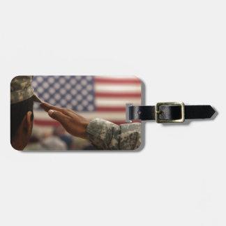 Etiqueta De Bagagem O soldado sauda a bandeira dos Estados Unidos