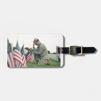 Etiqueta De Bagagem O soldado visita sepulturas no Memorial Day
