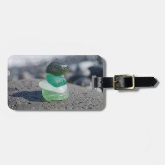 Etiqueta De Bagagem O verde de vidro da pilha do mar e a bagagem da