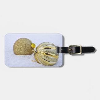 Etiqueta De Bagagem Ornamento da bola do Natal do ouro na neve
