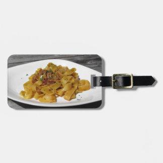 Etiqueta De Bagagem Pappardelle com os cogumelos na mesa de madeira