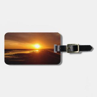 Etiqueta De Bagagem Por do sol do amarelo alaranjado sobre o oceano da