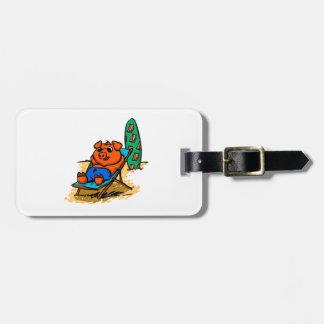 Etiqueta De Bagagem Porco que sunbathing na praia