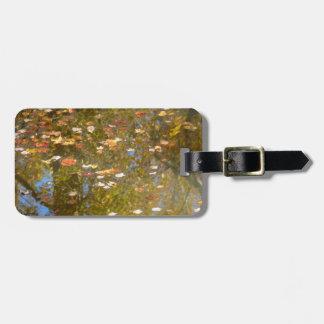 Etiqueta De Bagagem Reflexão das folhas e do córrego de outono no