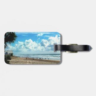 Etiqueta De Bagagem Tag da bagagem com a praia da correia de couro