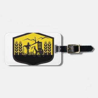 Etiqueta De Bagagem Trator que colhe a crista da fazenda do trigo