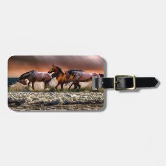 Etiqueta De Bagagem Três cavalos que trotam no oceano