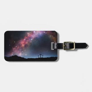 Etiqueta De Bagagem Três cruzes em um montanhês sob a Via Láctea