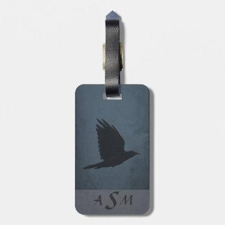 Etiqueta De Bagagem Um corvo em vôo no fundo azul & cinzento sujo