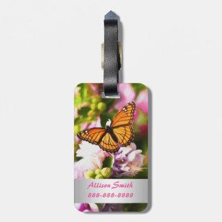 Etiqueta De Bagagem Uma borboleta em flores cor-de-rosa & roxas