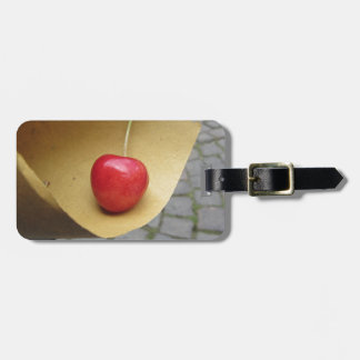 Etiqueta De Bagagem Uma cereja vermelha no papel da comida da palha