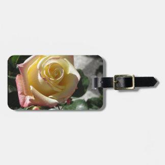 Etiqueta De Bagagem Única flor do rosa amarelo no primavera