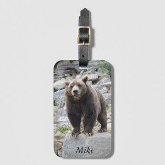 Etiqueta De Bagagem Urso de Kodiak que está em uma rocha