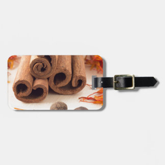 Etiqueta De Bagagem Varas de canela, açafrão aromático e pimento