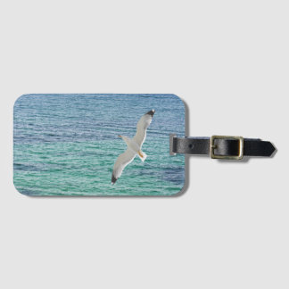 Etiqueta De Bagagem Vôo da gaivota acima de um mar