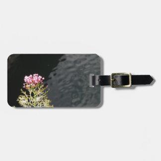 Etiqueta De Bagagem Wildflowers contra a superfície da água de um rio