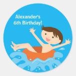 Etiqueta do aniversário da festa na piscina adesivos em formato redondos
