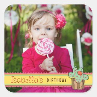 Etiqueta do aniversário da foto do cupcake da