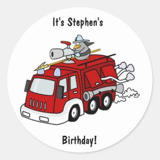 Etiqueta do aniversário do carro de bombeiros adesivo em formato redondo