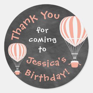 Etiqueta do aniversário do quadro com os balões de adesivo