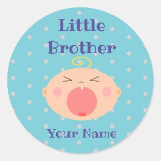 """Etiqueta do """"irmão mais novo"""" com bebê de grito"""