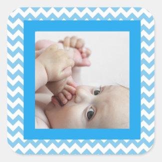 Etiqueta listrada azul da foto do bebê de Chevron Adesivo Quadrado