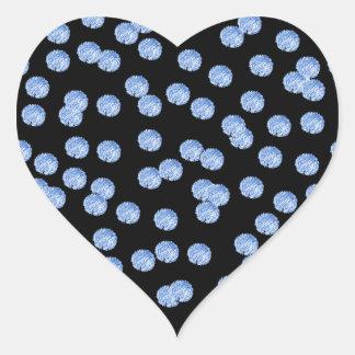 Etiqueta lustrosa do coração das bolinhas azuis