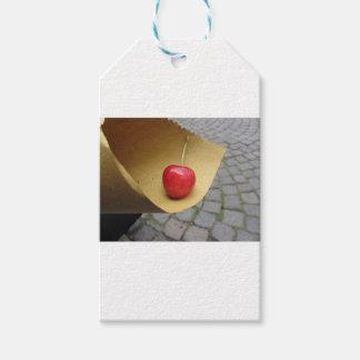 Etiqueta Para Presente Uma cereja vermelha no papel da comida da palha