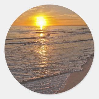 Etiqueta: Por do sol pela praia Adesivo Redondo