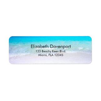 Etiqueta Praia tropical com um mar de turquesa